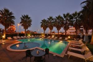 veduta notturna della piscina